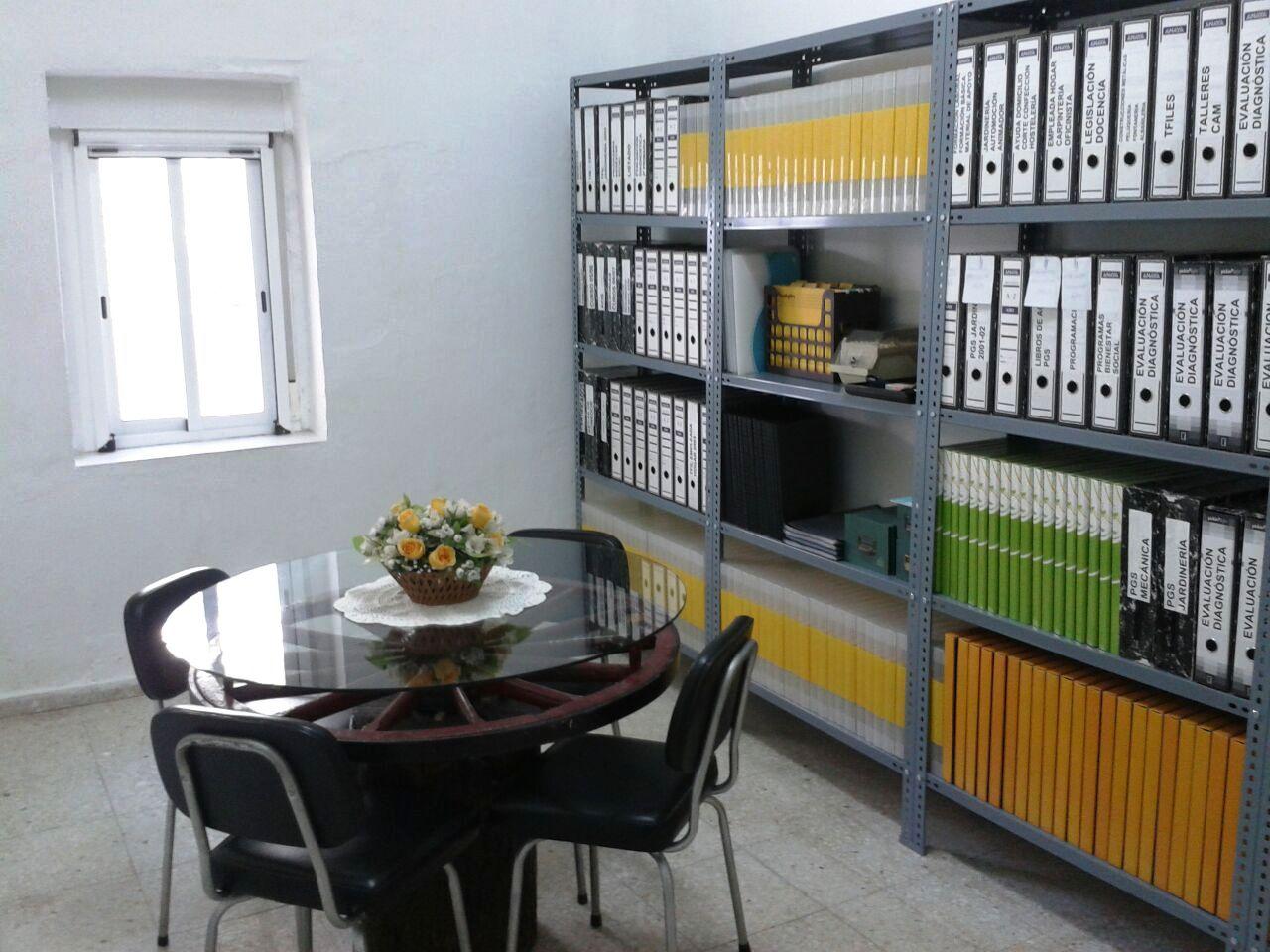Estanterias metalicas pintadas en blanco y gris for Estanterias oficina