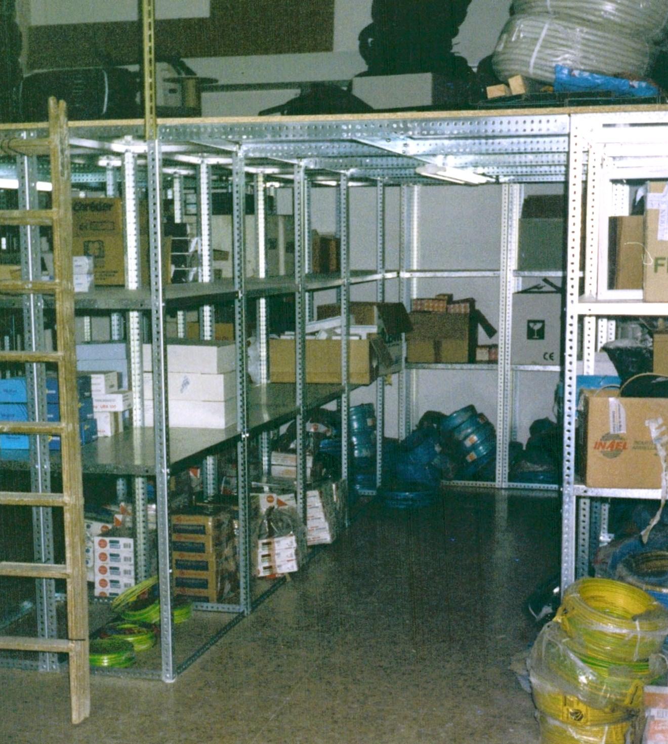 Altillos de angulo ranurado para espacios peque os for Perfiles de estanterias metalicas