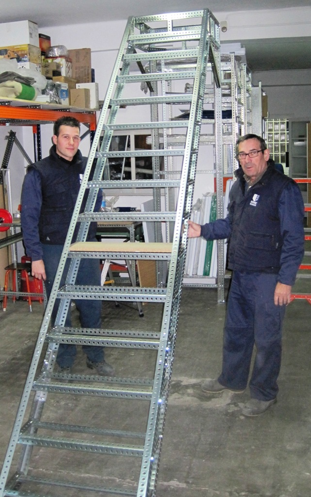 Escaleras de angulo ranurado para altillo a medida for Escaleras para altillo